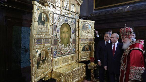 Президент РФ Владимир Путин и премьер-министр РФ Дмитрий Медведев на пасхальном богослужении в храме Христа Спасителя