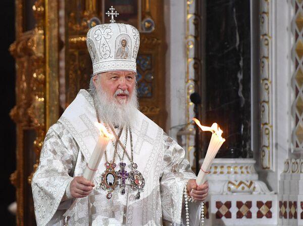 Патриарх Московский и всея Руси Кирилл с Благодатным огнем во время пасхального крестного хода у храма Христа Спасителя в Москве