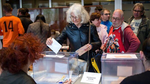 Жители Барселоны на одном из избирательных участков во время досрочных парламентских выборов