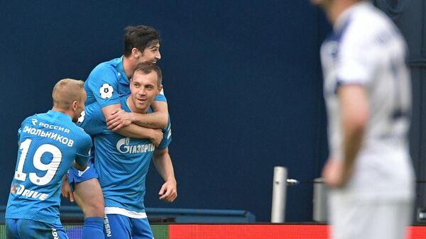 Футболисты Зенита радуются забитому мячу в ворота Крыльев Советов