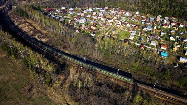 Дачный поселок и электричка на рижском пригородном направление в Подмосковье