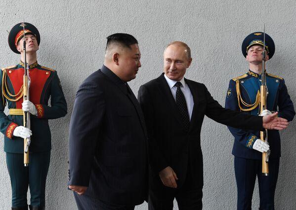Президент РФ Владимир Путин и председатель Госсовета КНДР Ким Чен Ын во время официальной церемонии встречи на острове Русский