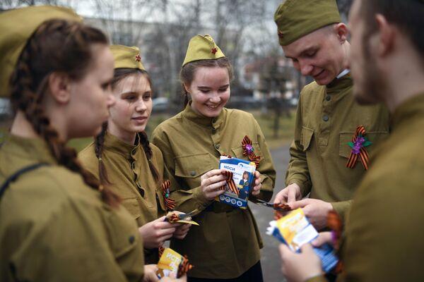 Волонтеры раздают георгиевские ленточки в рамках ежегодной акции в Первомайском сквере Новосибирска