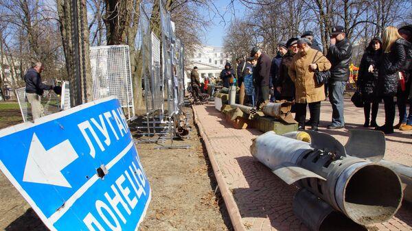 Посетители выставки свидетельств военной агрессии ВСУ в Луганске