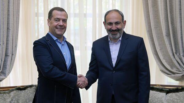 Председатель правительства РФ Дмитрий Медведев и премьер-министр Армении Никол Пашинян во время встречи. 29 апреля 2019