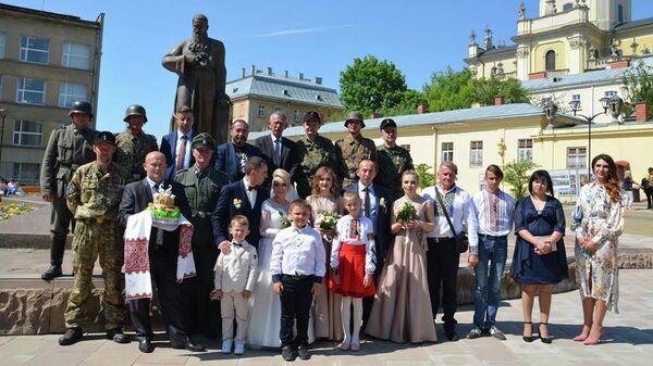 Фотография молодоженов с гостями в нацистской форме во Львове, опубликованная на странице Эдуарда Долинского в Facebook