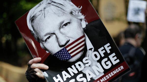 Сторонник Джулиана Ассанжа с его портретом у здания суда в Лондоне. 1 мая 2019