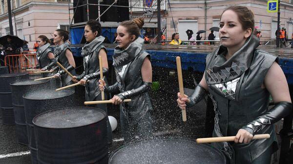 Участницы первомайской демонстрации во Владивостоке