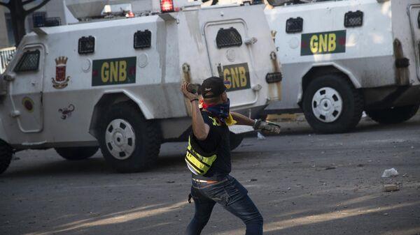 Протестующий во время столкновения с Национальной гвардией Венесуэлы в Альтамире, районе Каракаса