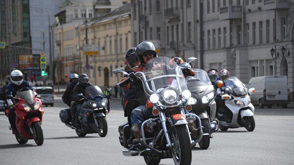 Участники мотофестиваля во время мотопробега по Садовому кольцу в Москве