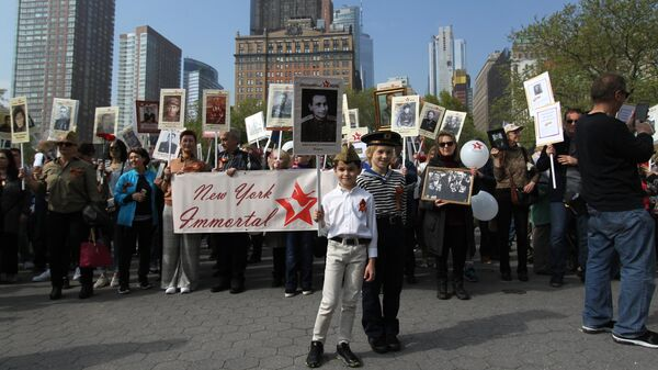 Участники акции Бессмертный полк во время шествия по улицам Нью-Йорка, США. 4 мая 2019