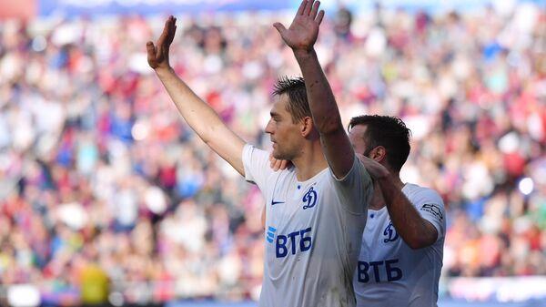 Футболисты  Динамо Кирилл Панченко (слева) и Мигел Кардозу радуются забитому голу