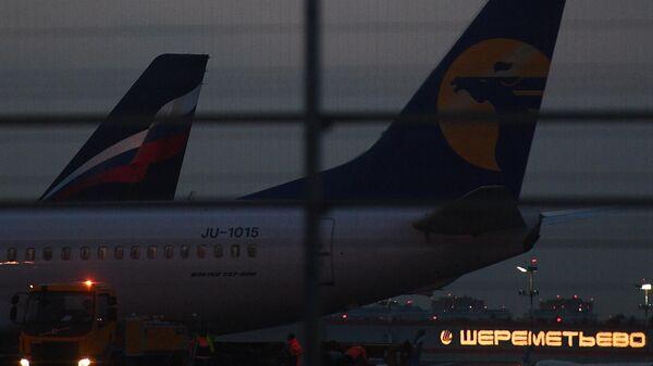 Самолеты в аэропорту Шереметьево, где самолет авиакомпании Аэрофлот Sukhoi Superjet 100 был вынужден вернуться в аэропорт из-за возгорания на борту