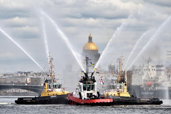 Морское шоу Танец Буксиров во время VI фестиваля ледоколов в Санкт-Петербурге