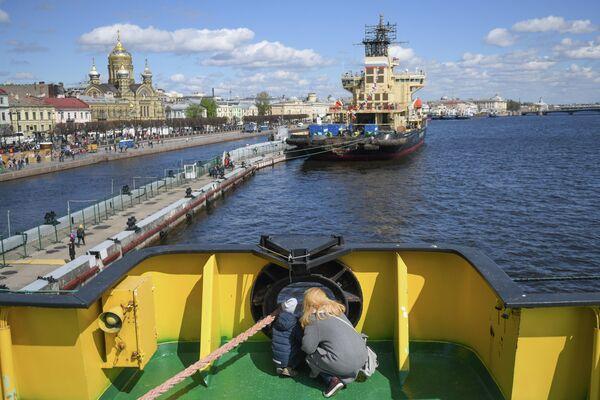 Посетители экскурсии на ледоколе Капитан Сорокин во время VI фестиваля ледоколов в Санкт-Петербурге