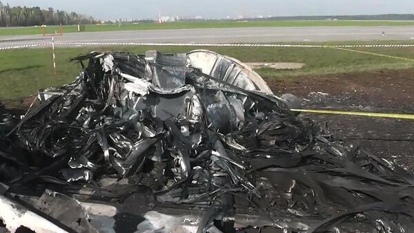 Место жесткой посадки самолета SSJ-100 в московском аэропорту Шереметьево