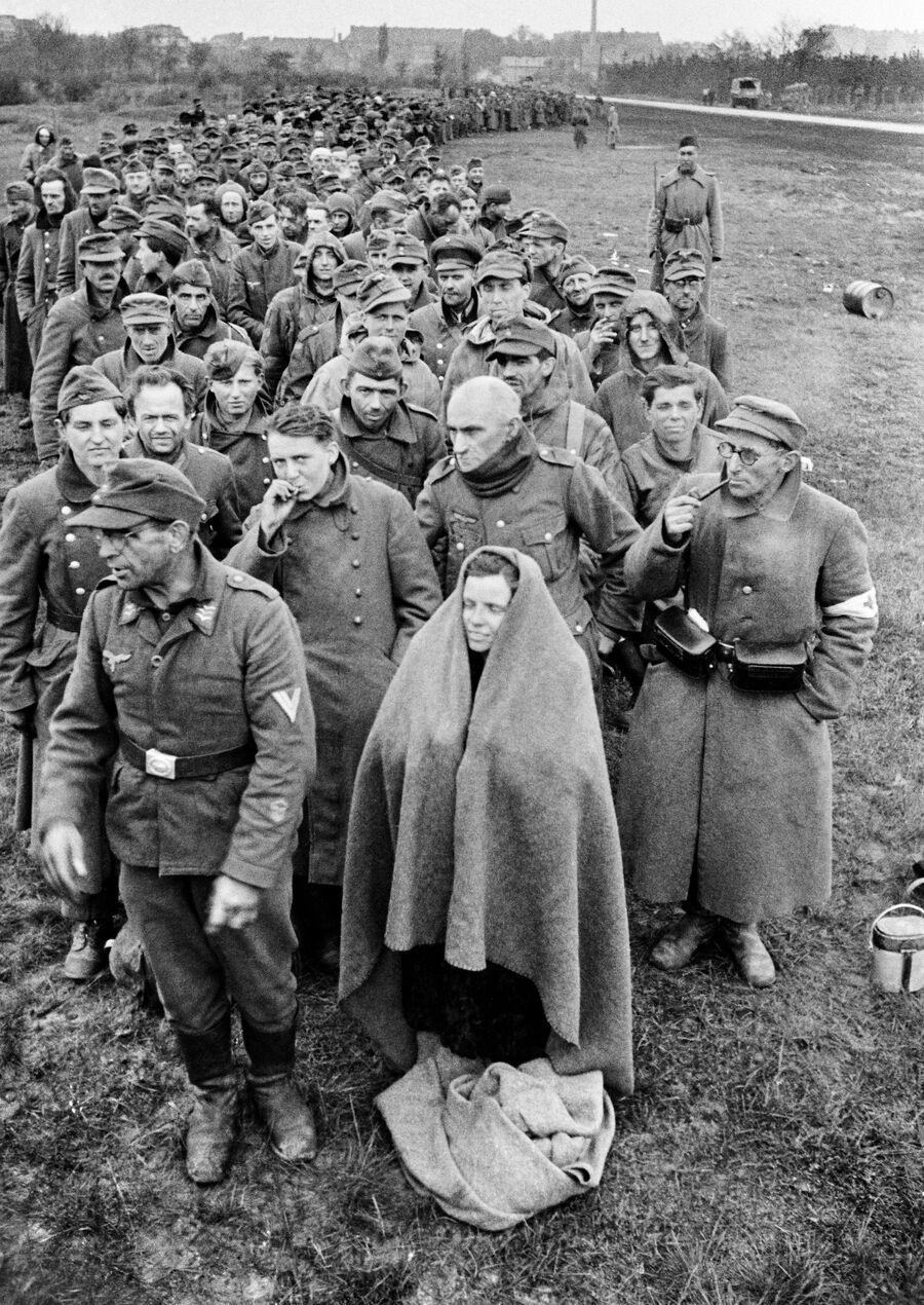 Пленные немецкие солдаты и офицеры, конвоируемые советскими бойцами