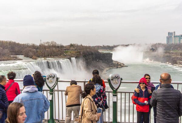 Туристы на смотровой площадке Государственного парка Ниагарского водопада в штате Нью Йорк, США