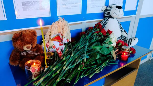 Цветы, свечи и игрушки в аэропорту Мурманска в знак траура по жертвам катастрофы самолета авиакомпании Аэрофлот