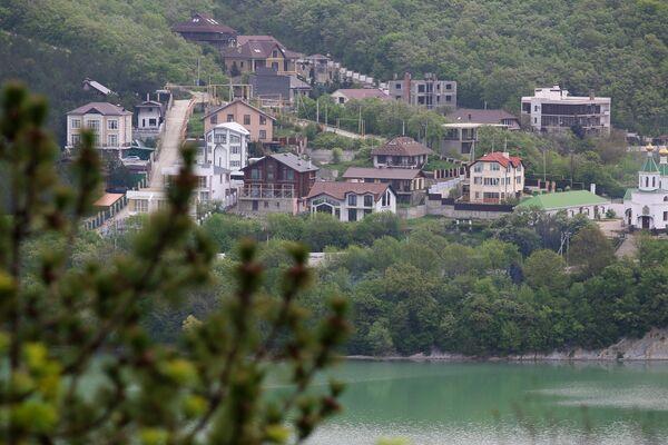 Село Абрау-Дюрсо на берегу озера Абрау в Краснодарском крае