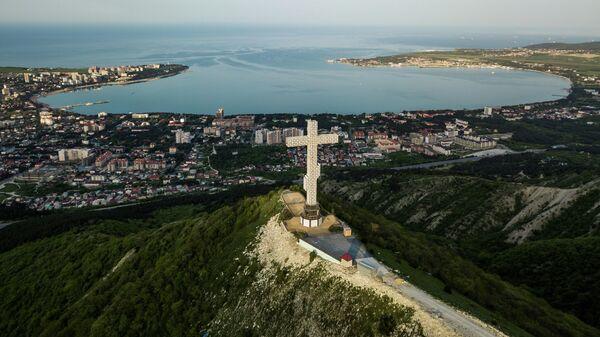 Вид на город Геленджик и Геленджикскую бухту.  На первом плане - поклонный крест на вершине  Маркотхского хребта