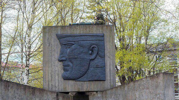 ВЭстонии милиция  сняла бойца  НАТО с монумента  советским воинам