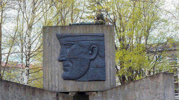 В Эстонии солдат НАТО с оружием залез на памятник павшим советским воинам