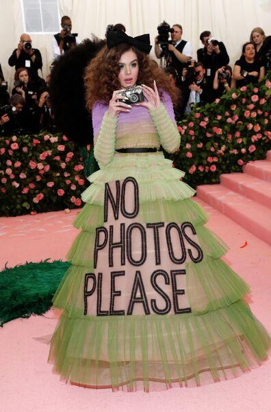 Актриса Хейли Стайнфелд на благотворительном балу Института костюма Met Gala 2019 в Нью-Йорке
