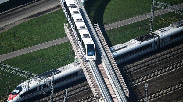 Высокоскоростной поезд Сапсан и поезд Московской монорельсовой транспортной системы