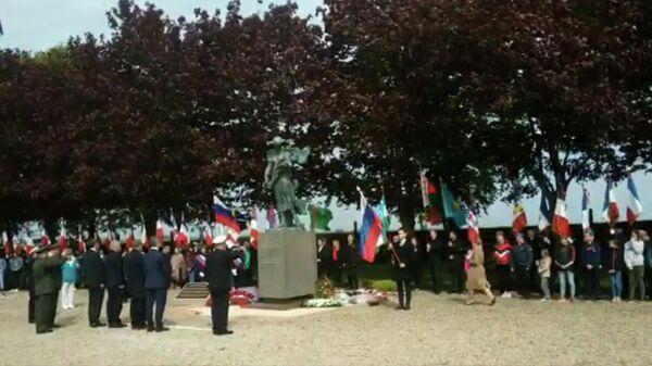 Церемония возложения венков к памятнику советским гражданам, сражавшимся на территории Франции, в Нуайе-Сен-Мартен