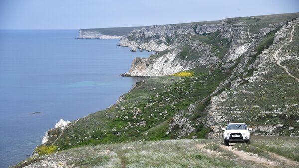 Автомобиль едет по Джангульскому оползневому побережью в поселке Оленевка в Крыму