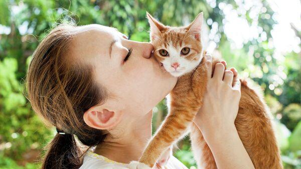 Девушка целует кота