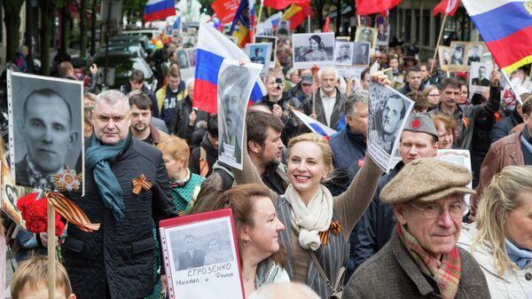 Участники акции Бессмертный полк на одной из улиц в Париже. 8 мая 2019