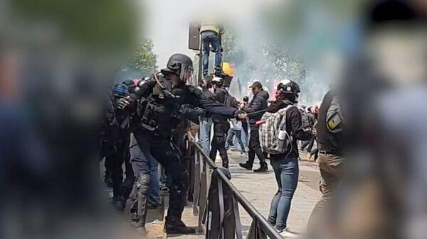 Стоп-кадр видео избиения корреспондента РИА Новости в Париже Виктории Ивановой
