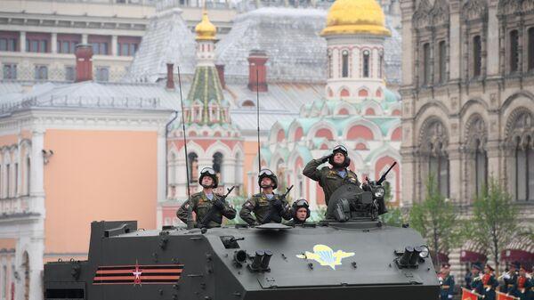 Военнослужащие на бронетранспортере БТР-МДМ Ракушка на военном параде на Красной площади, посвящённом годовщине Победы в Великой Отечественной войне