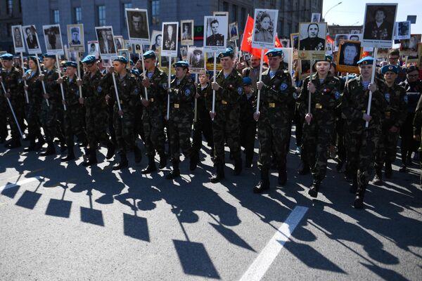 Участники акция Бессмертный полк в Новосибирске