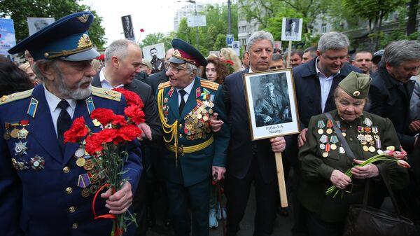 Юрий Бойко принимает участие в акции Бессмертный полк в Киеве