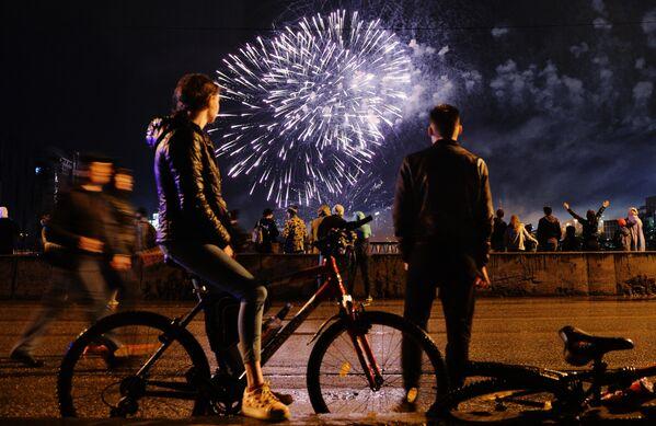 Люди на Макаровском мосту в Екатеринбурге смотрят на праздничный салют в честь Дня Победы