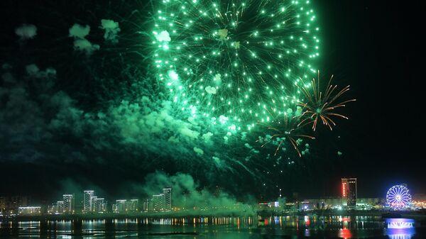 Праздничный салют над рекой Казанка в Казани в честь Дня Победы