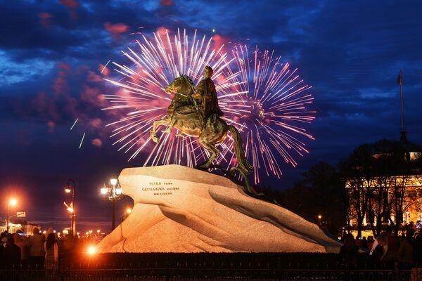 Праздничный салют в Санкт-Петербурге в честь Дня Победы