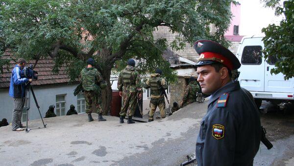 Милиционеры оцепили в Махачкале дом, в котором может находиться боевик