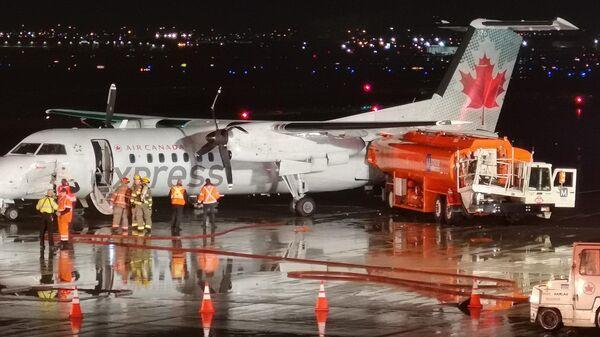 На месте столкновения самолета и наземного топливозаправщика в аэропорту Торонто, Канада