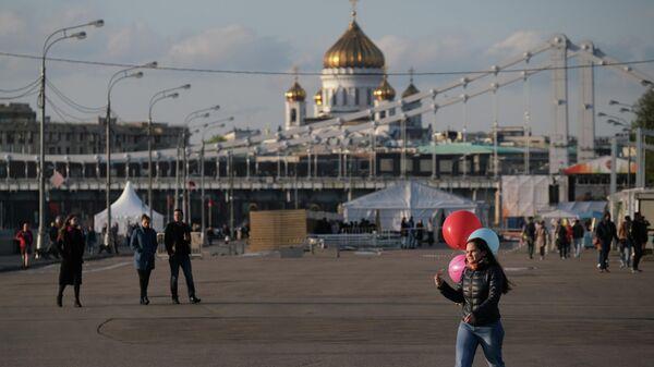 Прохожие в Парке Горького в Москве.
