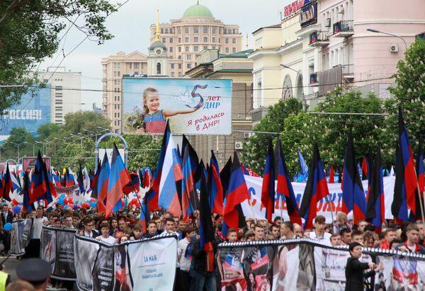 Участники шествия Лента времени во время торжественных мероприятий, посвященных Дню Донецкой народной республики - 5-й годовщине образования ДНР. 11 мая 2019