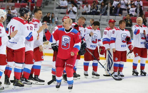 Президент РФ Владимир Путин и игроки команды Сборная Ночной хоккейной лиги после окончания гала-матча Ночной хоккейной лиги в ледовом дворце Большой в Сочи