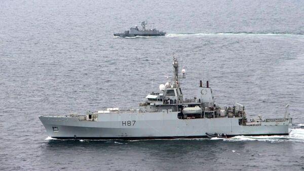 Корабль Королевских ВМС Великобритании HMS Echo (H87) и украинский ракетный катер Прилуки во время учений в акватории Черного моря