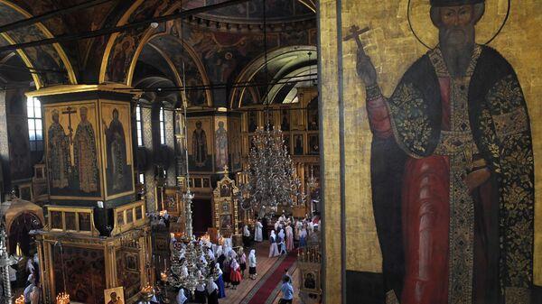 Иконы и прихожане в Покровском соборе духовного центра старообрядчества Рогожская слобода в Москве