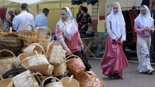 Посетители ярмарки в день праздника Святых Жён-Мироносиц в духовном центре старообрядчества Рогожская слобода в Москве