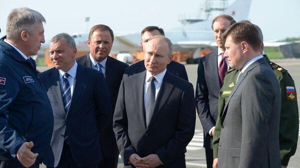Президент РФ Владимир Путин на площадке осмотра авиационной техники во время посещения Казанского авиационного завода имени С. П. Горбунова
