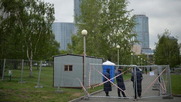 Сотрудники охраны на огороженной территории сквера у Театра драмы в Екатеринбурге, где планируется построить храм святой Екатерины